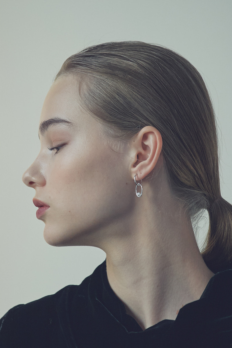 La Liaison Hoop, with Pearl in Oval Earring (이다인,손성윤,이효나,박아인 착용)